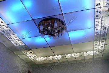 Декоративный потолок с подсветкой в спальне на хромированной системе