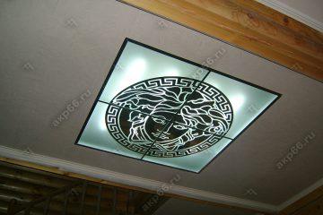 Декоративный потолок с подсветкой в прихожей на хромированной системе