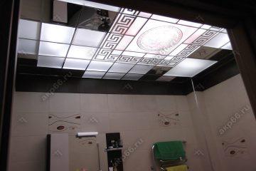 Декоративный потолок с подсветкой в ванной комнате на хромированной системе