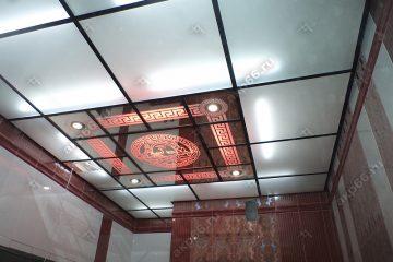Декоративный потолок с подсветкой в ванной комнате на черной системе