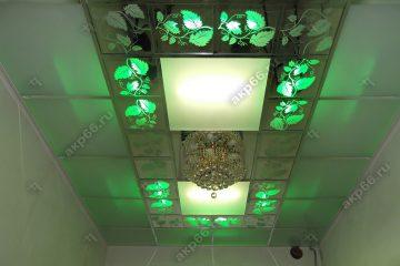Декоративный потолок с подсветкой в коридоре на хромированной системе