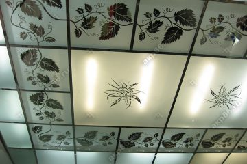 Декоративный потолок с подсветкой в комнате на хромированной системе