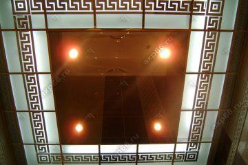Декоративный потолок с подсветкой в ванной комнате на золотой системе
