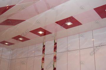 Кассетный потолок в ванной комнате белая глянцевая с красным на скрытой подвесной системе