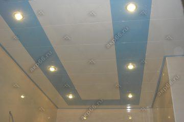 Кассетный потолок в ванной комнате белая глянцевая с небом на скрытой подвесной системе