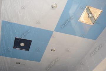 Кассетный потолок в ванне белая глянцевая с небом в ромбе на скрытой подвесной системе