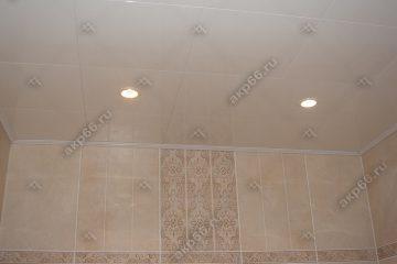 Кассетный потолок в ванной комнате белая глянцевая на скрытой подвесной системе