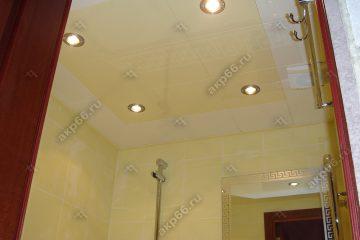 Кассетный потолок в ванной комнате белая глянцевая и рогожка желтая на скрытой подвесной системе