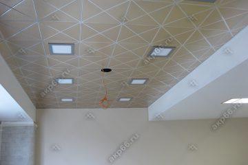 Кассетный потолок в офисе матовое золото на скрытой подвесной системе