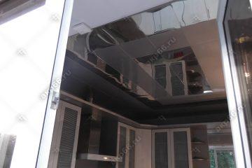 Кассетный потолок на кухне зеркальный с серым металликом на скрытой подвесной системе