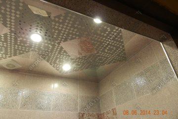 Кассетный потолок в ванной комнате на скрытой подвесной системе мозаика серебристая и зеркальная кассета