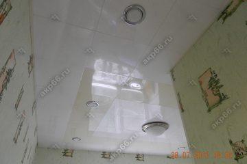 Кассетный потолок на кухне белый с мрамором на скрытой подвесной системе