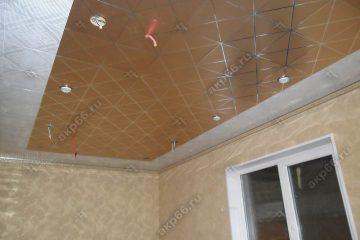 Кассетный потолок на кухне матовый золото с серебренным клеткой на скрытой подвесной системе