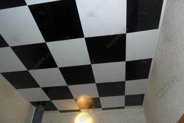 Кассетный потолок в ванной комнате черный с белым в шахматном порядке на скрытой подвесной системе