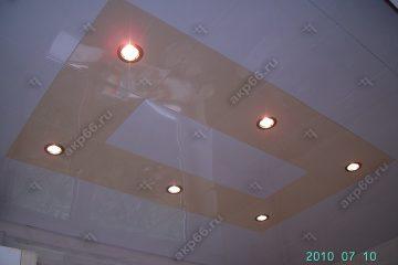 Кассетный потолок на кухне белый глянец с бежевым жемчугом на скрытой подвесной системе