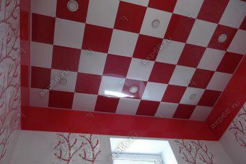 Кассетный потолок в ванной красный белый в шахматном порядке на скрытой подвесной системе
