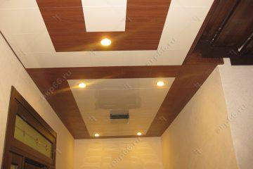 Кассетный потолок в коридоре белый с деревянной кассетой
