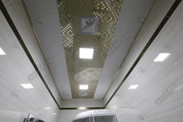 Кассетный потолок в ванной комнате на скрытой подвесной системе с узором «Мозаика» золото