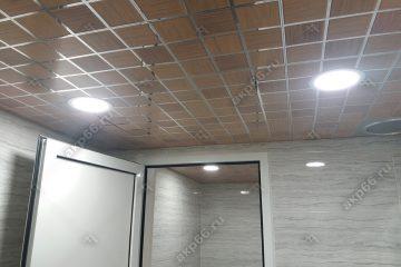 Кассетный потолок в туалете на скрытой подвесной системе дерево в клеточку