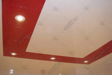 Кассетный потолок в ванной комнате белый глянец с красном на скрытой подвесной системе