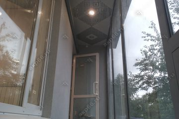 Кассетный потолок на балконе 300х300мм на скрытой подвесной системе цвет мозаика серебристый по диагонали