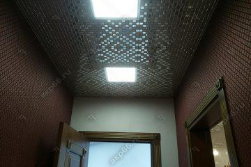 Кассетный потолок в прихожей Мозаика золото на скрытой подвесной системе