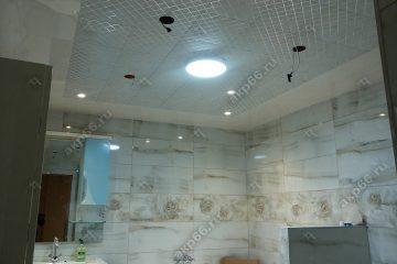 Кассетный потолок в ванной «Серебристый ромбик» на скрытой подвесной системе