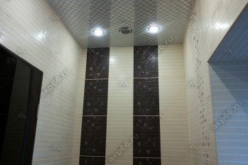 Кассетный потолок в туалете на скрытой подвесной системе с узором «Серебристый ромбик»