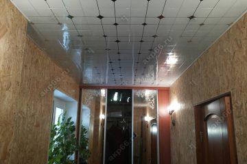 Кассетный потолок в коридоре на скрытой подвесной системе с узором «Серебристый ромбик»