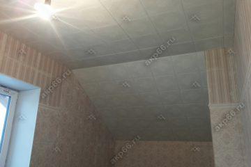 Кассетный потолок с наклоном в мансарде Букет серый на скрытой подвесной системе