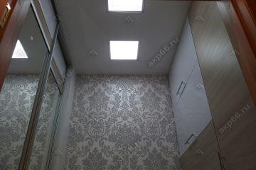 Кассетный потолок в гардеробной белая на скрытой подвесной системе
