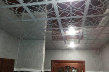 Кассетный потолок в ванну на скрытой подвесной системе узор на хроме