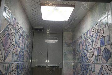 Кассетный потолок в туалете со светильником «Серебристый ромбик» на скрытой подвесной системе