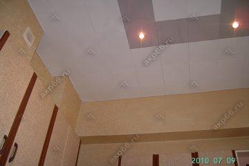 Кассетный потолок на кухне серебристый металлик с белый на скрытой подвесной системе