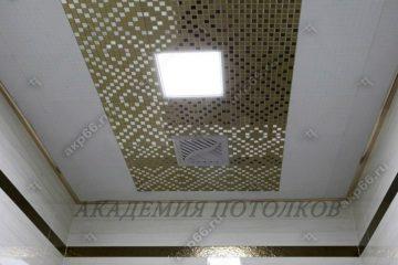 Кассетный потолок в туалете на скрытой подвесной системе с узором «Мозаика» золото