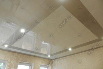 Кассетный потолок в зале серебристый металлик с белым на скрытой подвесной системе