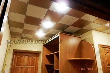 Кассетный потолок в коридоре в шахматном порядке белый с золотистый жемчугом на скрытой подвесной системе