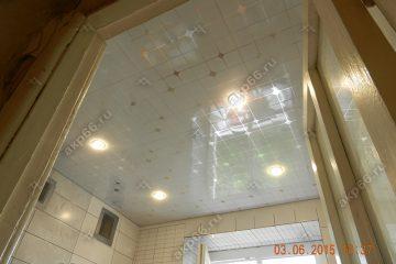 Кассетный потолок в ванной комнате на скрытой подвесной системе с узором «Серебристый ромбик»