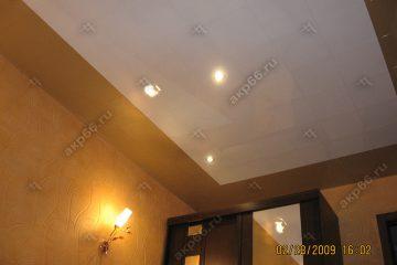 Кассетный потолок в спальне золотистый жемчуг с белым на скрытой подвесной системе
