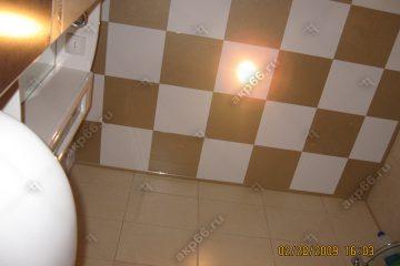 Кассетный потолок в ванне в шахматном порядке белый с золотистый жемчугом на скрытой подвесной системе