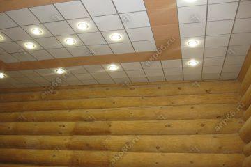 Кассетный потолок на даче белый с деревянной кассетой на скрытой подвесной системе
