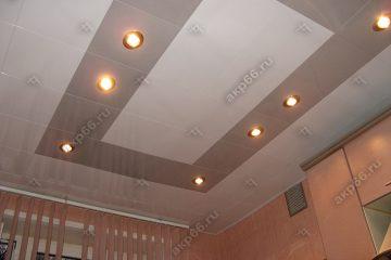 Кассетный потолок на кухне серебристый металлик с белым на скрытой подвесной системе