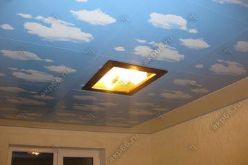 Кассетный потолок в детской комнате белый с облаками и светильник в центре