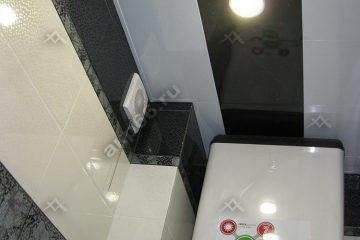 Кассетный потолок в туалете черный с белым на скрытой подвесной системе