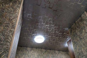 Кассетный потолок на кухне 300х300 мм на скрытой подвесной системе цвет серебристый металлик с узором