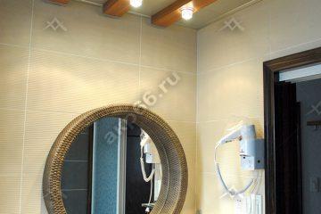 Кассетный потолок в ванной комнате с декоративными балками на скрытой подвесной системе