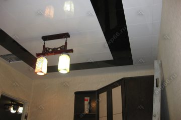 Кассетный потолок в комнате черный с белым на скрытой подвесной системе