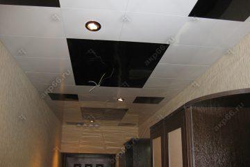 Кассетный потолок в коридоре на скрытой подвесной системе черно-белый
