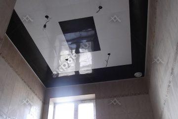 Кассетный потолок в ванной комнате черный с белым на скрытой подвесной системе