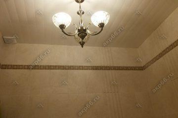 Реечные потолок рогожка темная с люстрой в центре